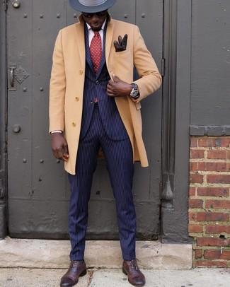 Как и с чем носить: светло-коричневое длинное пальто, темно-синий костюм в вертикальную полоску, темно-коричневые кожаные оксфорды, темно-серая шерстяная шляпа