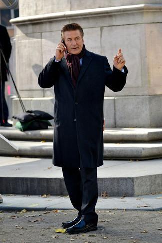 Как и с чем носить: темно-синее длинное пальто, черный костюм, голубая рубашка с длинным рукавом, черные кожаные лоферы