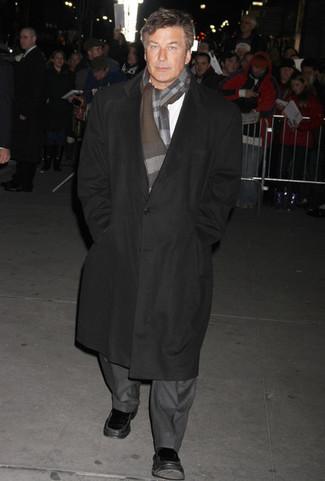 Как и с чем носить: черное длинное пальто, серый костюм, белая рубашка с длинным рукавом, черные кожаные лоферы