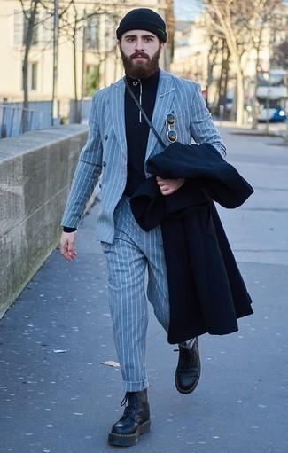 Темно-синий свитер с воротником на молнии: с чем носить и как сочетать мужчине: Сочетание темно-синего свитера с воротником на молнии и темно-синего длинного пальто — беспроигрышный офисный вариант для молодых людей. Такой образ легко адаптировать к повседневным нуждам, если надеть в паре с ним черные кожаные рабочие ботинки.