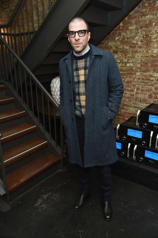 Как и с чем носить: темно-серое длинное пальто, темно-синий костюм, разноцветный свитер с круглым вырезом в шотландскую клетку, голубая рубашка с длинным рукавом