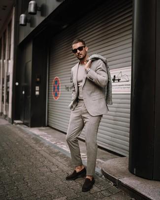 Как и с чем носить: серое длинное пальто, бежевый шерстяной костюм, бежевый свитер с круглым вырезом, темно-коричневые замшевые лоферы
