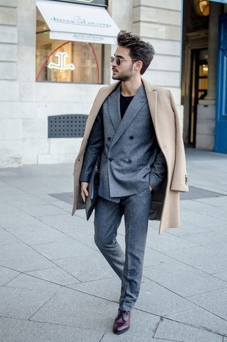 Бежевое длинное пальто: с чем носить и как сочетать: Несмотря на то, что этот лук выглядит довольно выдержанно, тандем бежевого длинного пальто и синего костюма всегда будет по вкусу стильным мужчинам, пленяя при этом сердца барышень. Чтобы добавить в ансамбль немного фривольности , на ноги можно надеть темно-красные кожаные туфли дерби.