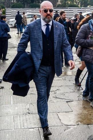 Темно-коричневые кожаные лоферы с кисточками: с чем носить и как сочетать: Несмотря на то, что этот образ выглядит весьма консервативно, тандем темно-синего длинного пальто и темно-синего костюма в шотландскую клетку является неизменным выбором стильных мужчин, покоряя при этом дамские сердца. Темно-коричневые кожаные лоферы с кисточками неплохо дополнят этот образ.