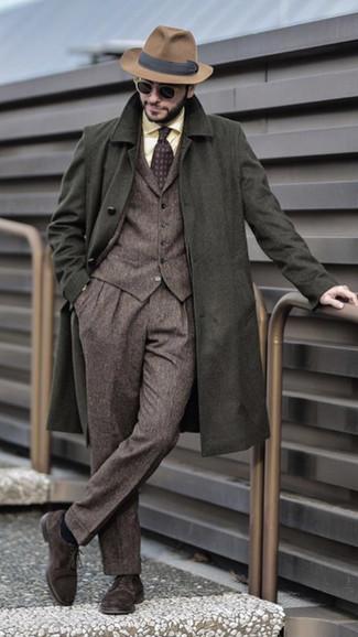 Как и с чем носить: оливковое длинное пальто, коричневый шерстяной костюм-тройка, желтая классическая рубашка, темно-коричневые замшевые туфли дерби