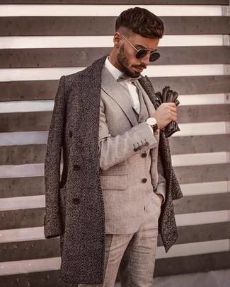 """Как и с чем носить: серое длинное пальто с узором """"в ёлочку"""", серый костюм-тройка, белая классическая рубашка, серый галстук-бабочка"""