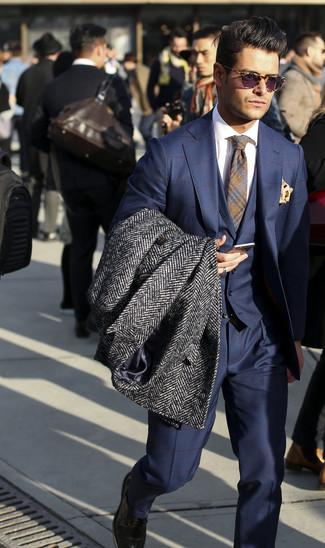 """Темно-серое длинное пальто с узором """"в ёлочку"""": с чем носить и как сочетать: Темно-серое длинное пальто с узором """"в ёлочку"""" и темно-синий костюм-тройка в клетку помогут создать изысканный мужской образ."""