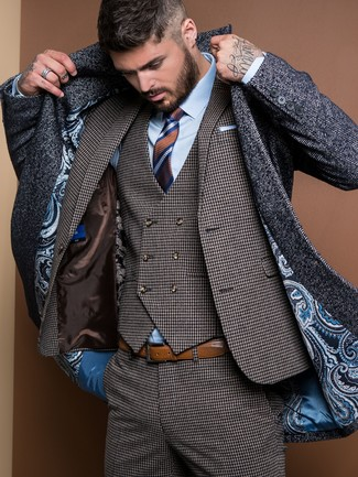 """Как и с чем носить: темно-серое длинное пальто с узором """"в ёлочку"""", темно-серый костюм-тройка с узором """"гусиные лапки"""", голубая классическая рубашка, коричневый галстук в горизонтальную полоску"""