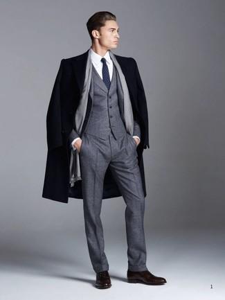 Как и с чем носить: темно-синее длинное пальто, темно-серый шерстяной костюм-тройка, белая классическая рубашка, темно-коричневые кожаные оксфорды