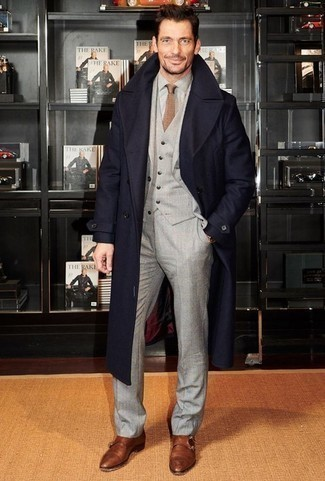 Серая классическая рубашка из шамбре: с чем носить и как сочетать мужчине: Несмотря на то, что этот образ достаточно классический, тандем серой классической рубашки из шамбре и темно-синего длинного пальто всегда будет по душе джентльменам, покоряя при этом дамские сердца. Что же до обуви, можно закончить лук коричневыми кожаными монками с двумя ремешками.