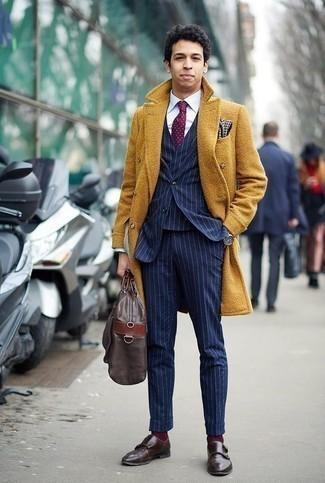 Темно-красный галстук в горошек: с чем носить и как сочетать мужчине: Несмотря на то, что это классический образ, ансамбль из горчичного длинного пальто и темно-красного галстука в горошек всегда будет нравиться стильным мужчинам, неминуемо пленяя при этом сердца женщин. Поклонники смелых вариантов могут дополнить ансамбль темно-коричневыми кожаными монками с двумя ремешками.