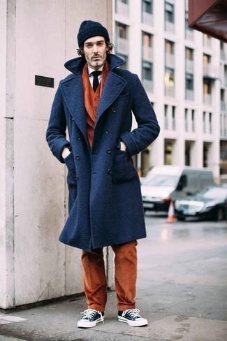 С чем носить темно-синий галстук мужчине: Несмотря на то, что этот образ достаточно классический, ансамбль из темно-синего длинного пальто и темно-синего галстука всегда будет по вкусу джентльменам, неминуемо покоряя при этом дамские сердца. Дополнив лук темно-сине-белыми низкими кедами из плотной ткани, можно привнести в него свежую нотку.
