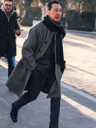 Как одеваться мужчине за 50: Серое длинное пальто в клетку — прекрасный пример элегантного мужского стиля. Хочешь сделать образ немного строже? Тогда в качестве обуви к этому луку, выбери черные кожаные туфли дерби.