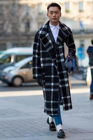 Синие джинсы: с чем носить и как сочетать мужчине: Черно-белое длинное пальто в шотландскую клетку и синие джинсы — идеальный мужской ансамбль для ужина в ресторане. Думаешь добавить сюда толику нарядности? Тогда в качестве дополнения к этому образу, выбери черные кожаные лоферы.