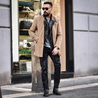 Как и с чем носить: светло-коричневое длинное пальто, черная кожаная косуха, серый свитер с круглым вырезом, белая рубашка с длинным рукавом