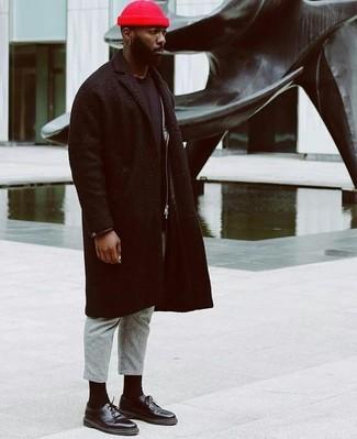 Как и с чем носить: черное длинное пальто, черная кожаная косуха, черная футболка с круглым вырезом, серые шерстяные классические брюки