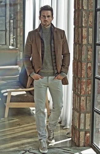 Как и с чем носить: коричневое длинное пальто, серая стеганая куртка без рукавов, оливковая водолазка, серые брюки чинос