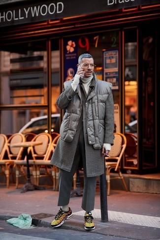 Как и с чем носить: темно-коричневое длинное пальто в клетку, темно-коричневая стеганая куртка без рукавов, бежевая водолазка, темно-серые шерстяные классические брюки