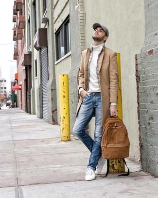 Как и с чем носить: светло-коричневое длинное пальто, серая куртка без рукавов, белая водолазка, синие рваные джинсы