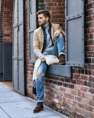 Как и с чем носить: светло-коричневое длинное пальто, темно-синяя куртка без рукавов, серая вязаная водолазка, синие рваные джинсы
