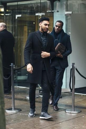 Темно-синяя куртка без рукавов: с чем носить и как сочетать мужчине: Образ из темно-синей куртки без рукавов и черных джинсов поможет создать интересный мужской образ в непринужденном стиле. Заверши лук серыми кроссовками, если боишься, что он получится слишком вычурным.