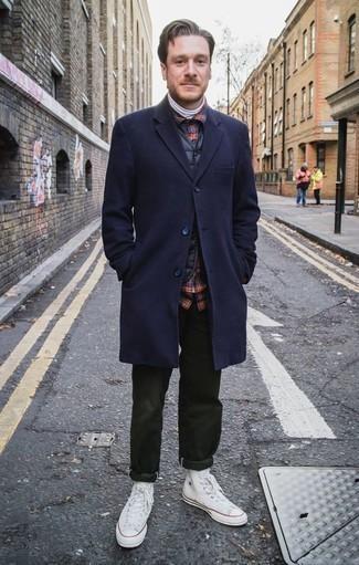 Темно-синяя рубашка с длинным рукавом в шотландскую клетку: с чем носить и как сочетать мужчине: Лук из темно-синей рубашки с длинным рукавом в шотландскую клетку и темно-зеленых брюк чинос позволит составить незаезженный мужской лук в стиле кэжуал. Создать красивый контраст с остальными вещами из этого лука помогут белые высокие кеды из плотной ткани.