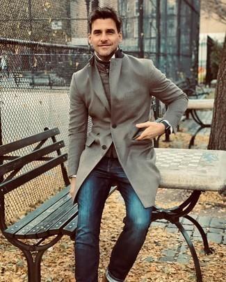 С чем носить коричневую водолазку мужчине: Коричневая водолазка и темно-синие джинсы надежно закрепились в гардеробе многих молодых людей, помогая создавать незаезженные и комфортные образы.