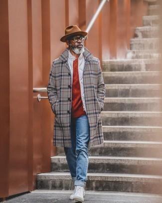 С чем носить красный вязаный свитер мужчине: Красный вязаный свитер в сочетании с синими джинсами безусловно будет привлекать внимание прекрасного пола. Любишь дерзкие сочетания? Тогда заверши свой образ белыми высокими кедами из плотной ткани.