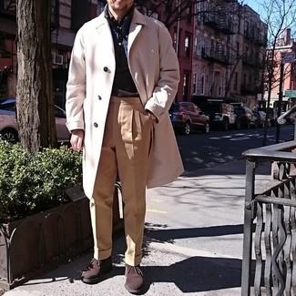 Как и с чем носить: бежевое длинное пальто, темно-синяя куртка без рукавов, темно-коричневая рубашка с длинным рукавом, светло-коричневые классические брюки