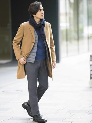 Как и с чем носить: светло-коричневое длинное пальто, серая куртка без рукавов, темно-синий свитер с круглым вырезом, белая рубашка с длинным рукавом