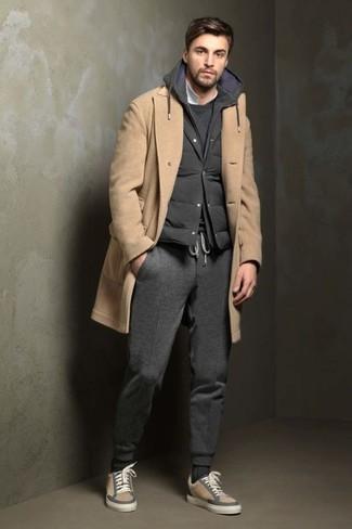 Как и с чем носить: светло-коричневое длинное пальто, темно-серая стеганая куртка без рукавов, темно-серый свитшот, белая футболка-поло