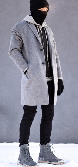 Как и с чем носить: серое длинное пальто, черная стеганая куртка без рукавов, серый худи, черные зауженные джинсы