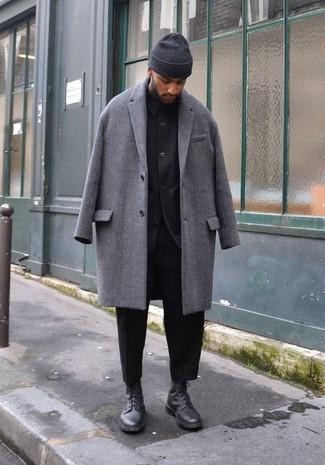 Как и с чем носить: серое длинное пальто, черная куртка-рубашка, черные брюки чинос, черные кожаные повседневные ботинки
