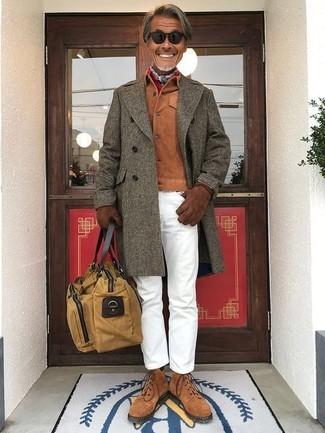 Как и с чем носить: оливковое длинное пальто, табачная замшевая куртка-рубашка, белые брюки чинос, коричневые замшевые повседневные ботинки