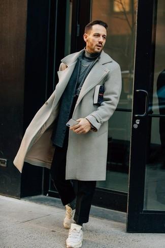 Серое длинное пальто: с чем носить и как сочетать: Серое длинное пальто и черные шерстяные брюки чинос — прекрасный мужской образ для свидания в ресторане. Незаурядные парни закончат образ белыми кроссовками.