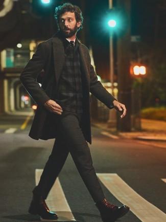 Как и с чем носить: темно-серое длинное пальто, черная фланелевая куртка-рубашка в шотландскую клетку, белая классическая рубашка, темно-серые брюки чинос