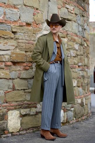 Как и с чем носить: оливковое длинное пальто, табачная замшевая куртка-рубашка, серый костюм в вертикальную полоску, белая футболка с круглым вырезом