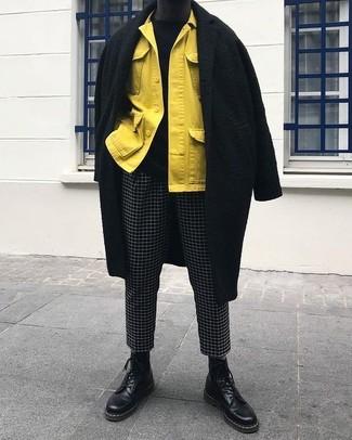 Как и с чем носить: черное длинное пальто, желтая куртка-рубашка, черный свитер с круглым вырезом, черно-белые брюки чинос в клетку