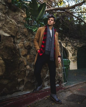 Как и с чем носить: коричневое длинное пальто, красно-черная куртка-рубашка в клетку, белая футболка на пуговицах, черные брюки чинос