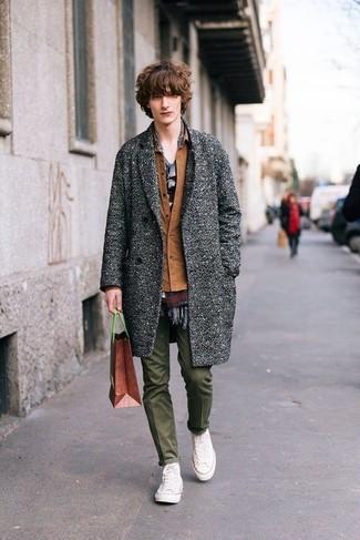 Как и с чем носить: серое длинное пальто, коричневая куртка-рубашка, серая футболка с круглым вырезом, оливковые брюки чинос