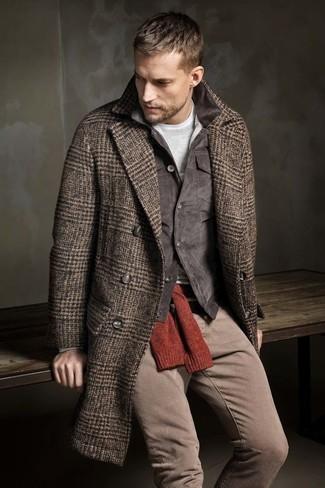 """Как и с чем носить: коричневое длинное пальто с узором """"в ёлочку"""", темно-серая вельветовая куртка с воротником и на пуговицах, красный свитер с круглым вырезом, серая футболка с длинным рукавом"""