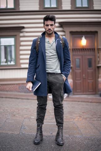 Длинное пальто и темно-серые брюки карго с камуфляжным принтом позволят создать нескучный образ для работы в офисе. Черные кожаные ботинки гармонично дополнят образ.