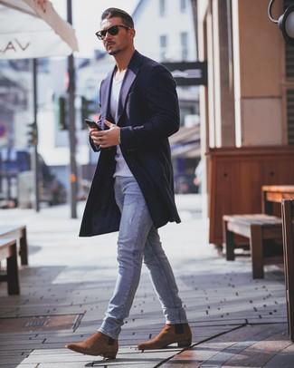 Как и с чем носить: темно-синее длинное пальто, белая майка, голубые зауженные джинсы, табачные замшевые ботинки челси