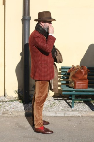 Как и с чем носить: коричневое длинное пальто, табачный шерстяной пиджак в шотландскую клетку, коричневые вельветовые брюки чинос, коричневые кожаные лоферы с кисточками
