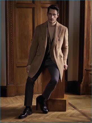 Как и с чем носить: светло-коричневое длинное пальто, светло-коричневый пиджак, светло-коричневая водолазка, темно-коричневые классические брюки в вертикальную полоску