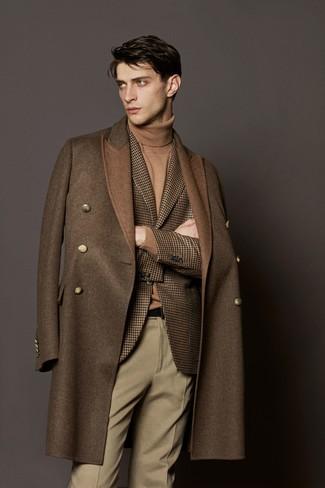 """Как и с чем носить: коричневое длинное пальто, коричневый шерстяной пиджак с рисунком """"гусиные лапки"""", светло-коричневая водолазка, бежевые шерстяные классические брюки"""