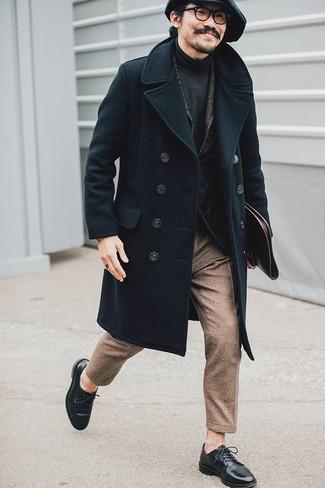 """Как и с чем носить: черное длинное пальто, темно-серый шерстяной пиджак с узором """"в ёлочку"""", темно-серая водолазка, коричневые шерстяные классические брюки"""
