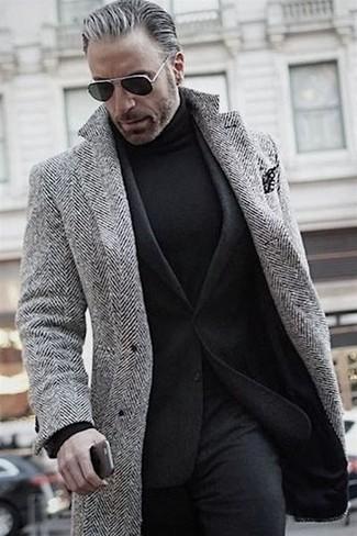 """Как и с чем носить: серое длинное пальто с узором """"в ёлочку"""", черный шерстяной пиджак, черная водолазка, черные шерстяные классические брюки"""