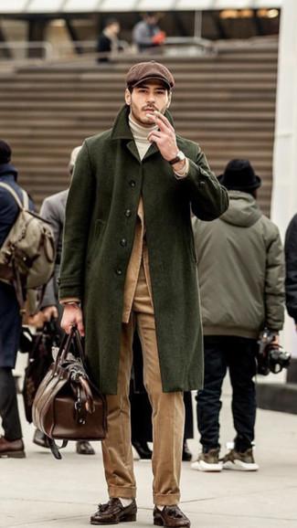 Как и с чем носить: оливковое длинное пальто, светло-коричневый вельветовый пиджак, белая водолазка, светло-коричневые вельветовые классические брюки
