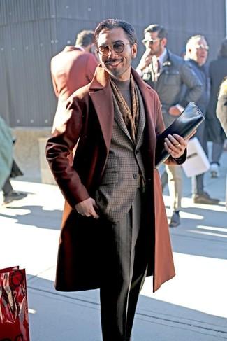 Как и с чем носить: табачное длинное пальто, темно-коричневый пиджак в клетку, серая водолазка, серые классические брюки в клетку
